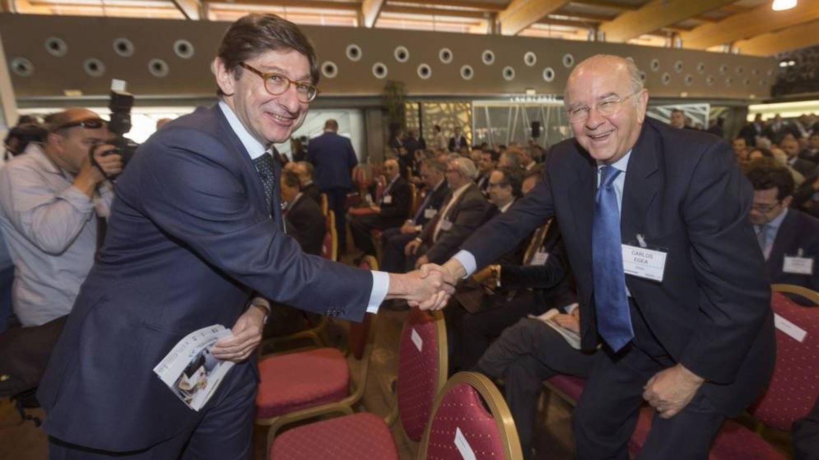 Foto: El presidente de Bankia, José Ignacio Goirigolzarri (i), saluda al del BMN, Carlos Egea (d). (EFE)