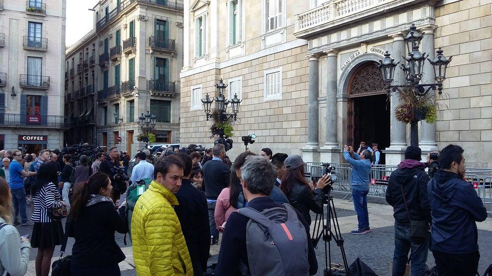 En busca de Puigdemont: los periodistas, a la espera de que aparezca (o no) el 'expresident'