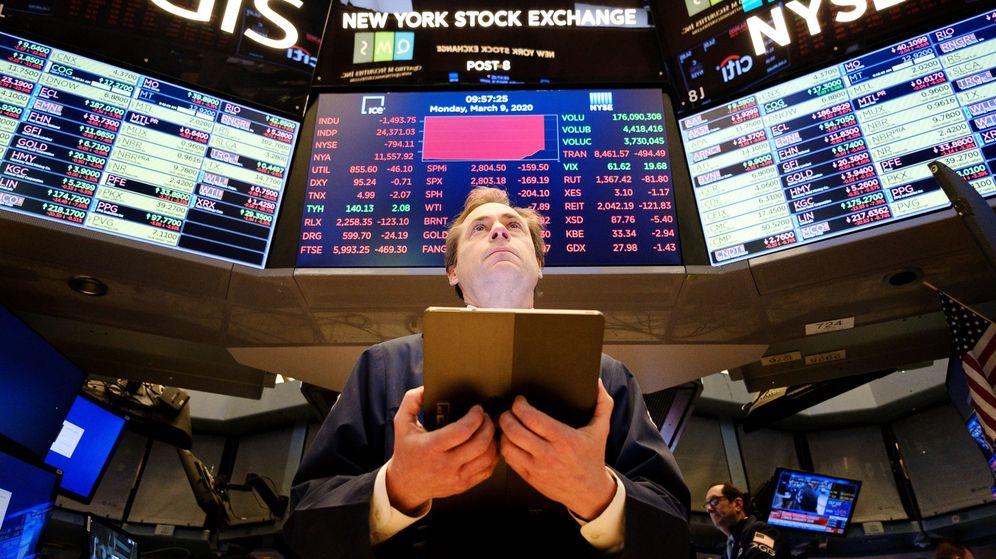 Foto: Un corredor de bolsa mira preocupado los paneles de Wall Street. (Reuters)