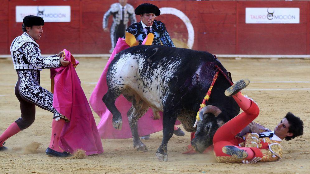 Foto: Momento de la cogida a Víctor Barrio en la plaza de Teruel. (EFE)