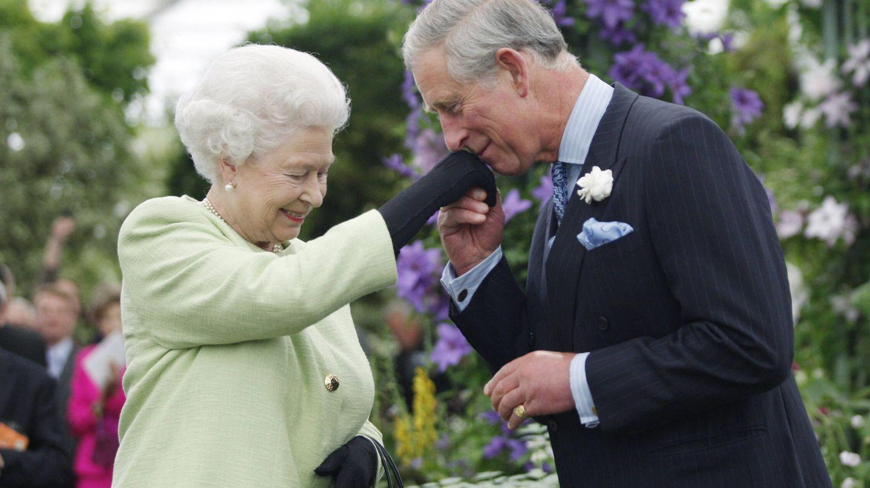 Isabel II y el príncipe Carlos, en una imagen de archivo. (Getty)