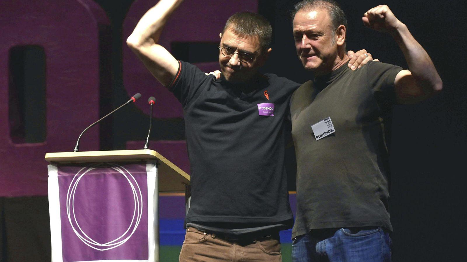 Foto: Roberto Uriarte junto a Juan Carlos Monedero en un mítin. (EFE)