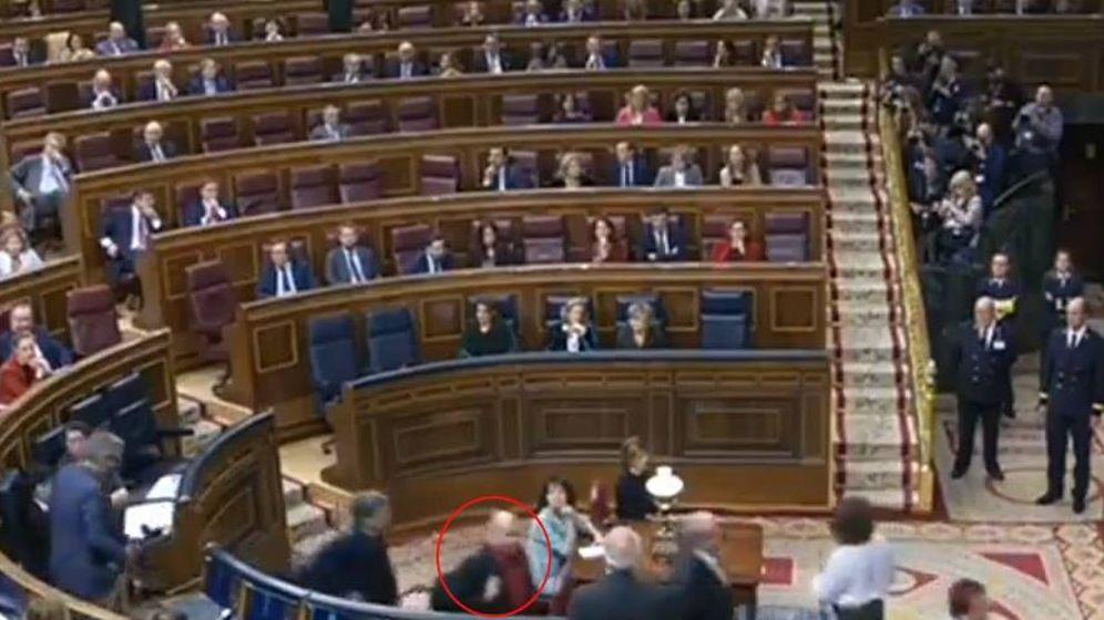 Foto: En la imagen, el momento en el que diputado de ERC, Jordi Salvador, pasa por delante de Borrell.