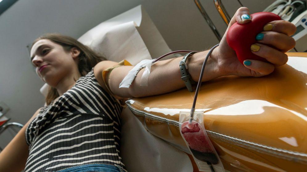 Foto: Imagen de archivo de una persona donando sangre. (EFE)