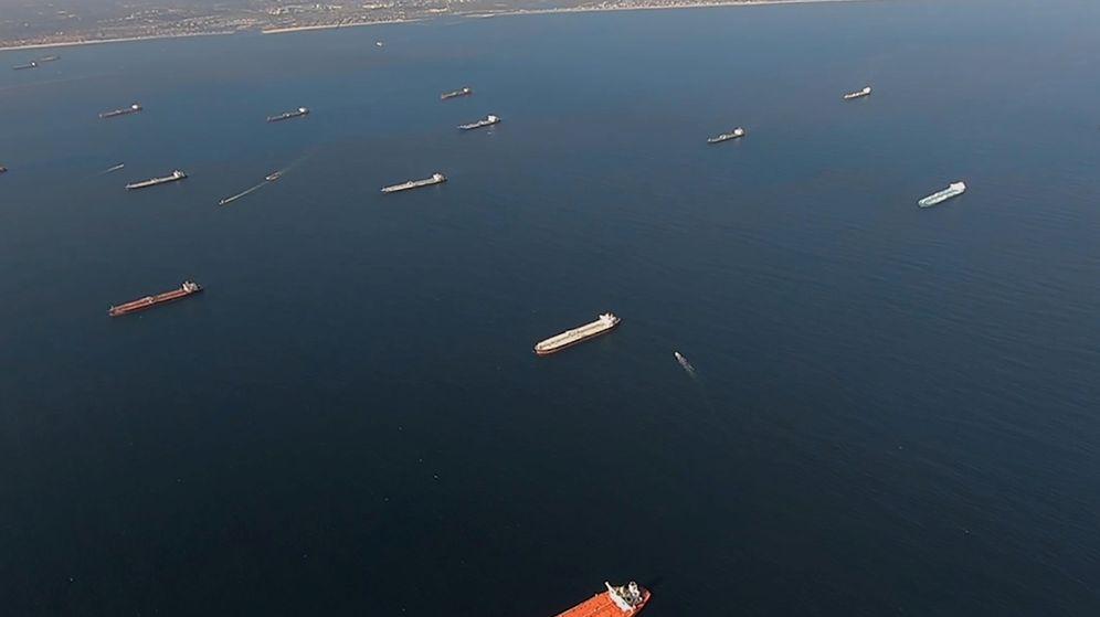Foto: Petroleros anclados en la costa de California. (Reuters)