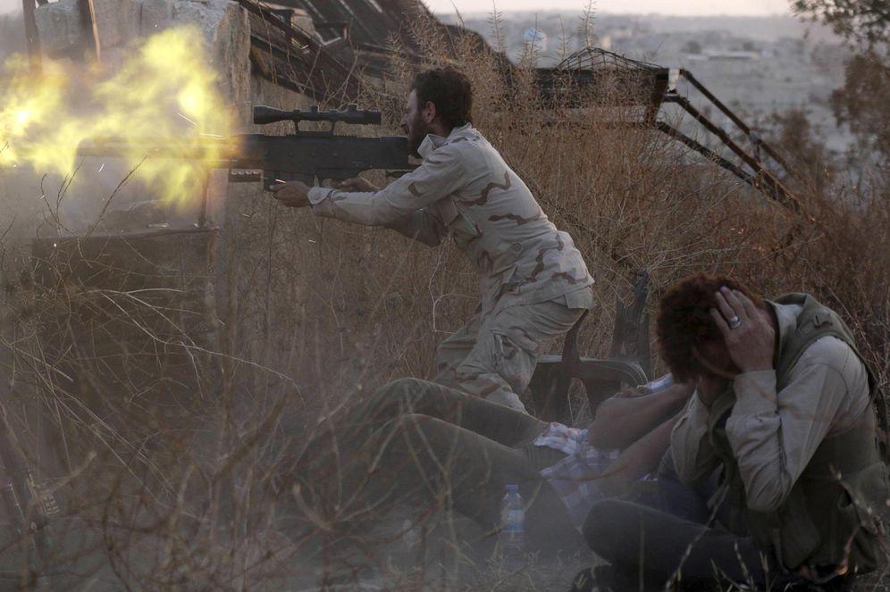 Foto: Un miliciano rebelde dispara contra fuerzas de Asad en el frente de Sheikh Saeed, en Alepo (Reuters).
