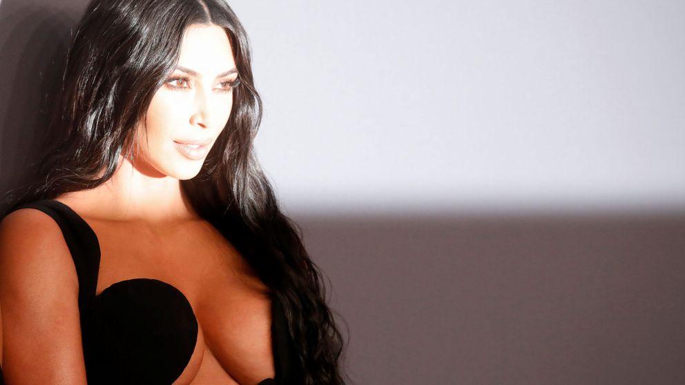 Los pechos de Kim Kardashian sufren embutidos en un Thierry Mugler