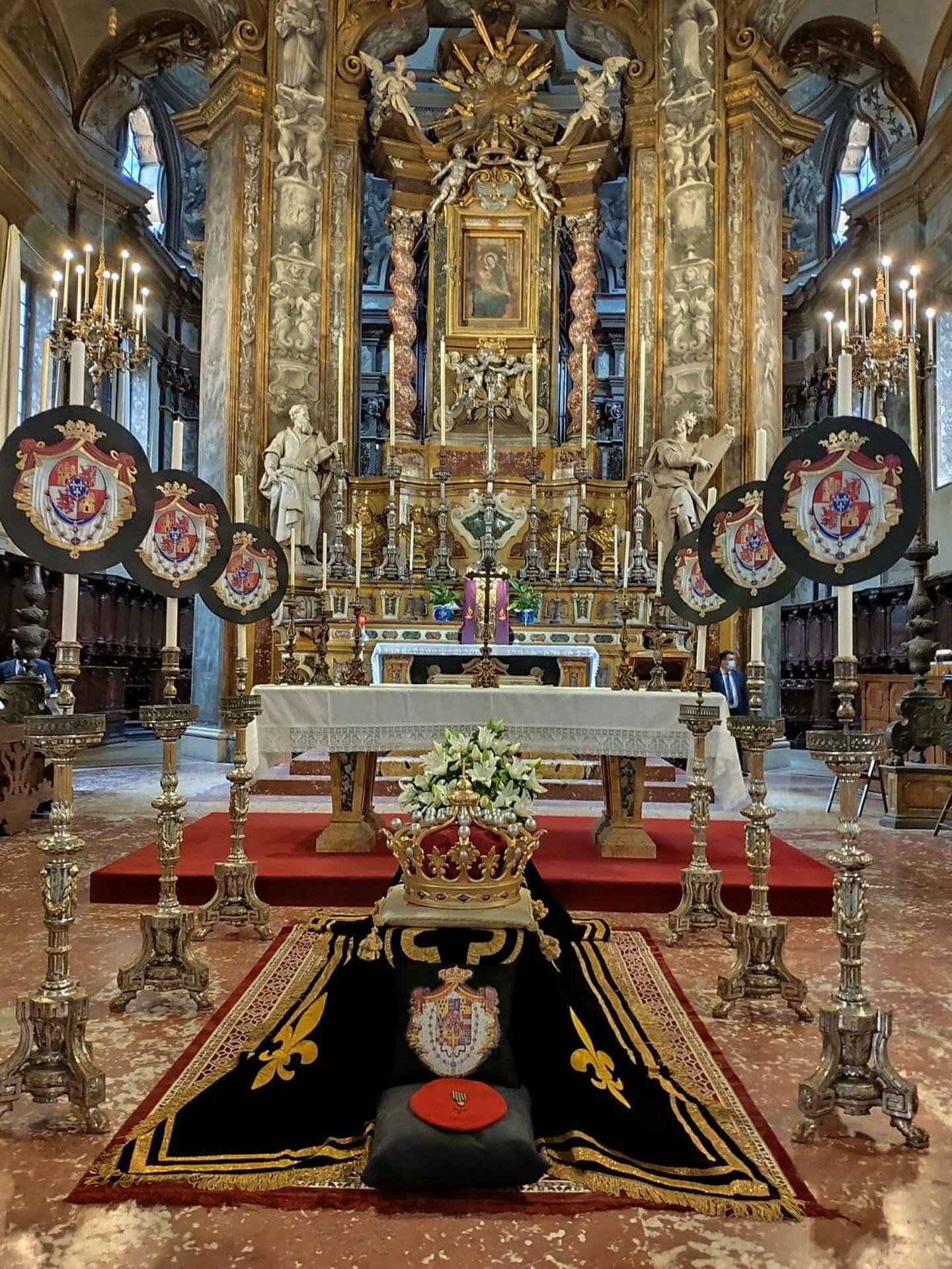 Último adiós a María Teresa de Borbón Parma ante el altar de la basílica. (Foto cortesía)