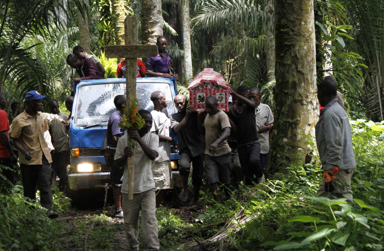 Foto: Familiares de Yvonne Masika, asesinada durante un ataque cometido supuestamente por la ADF, portan su cadáver en el pueblo de Mbau, cerca de Beni (Reuters).