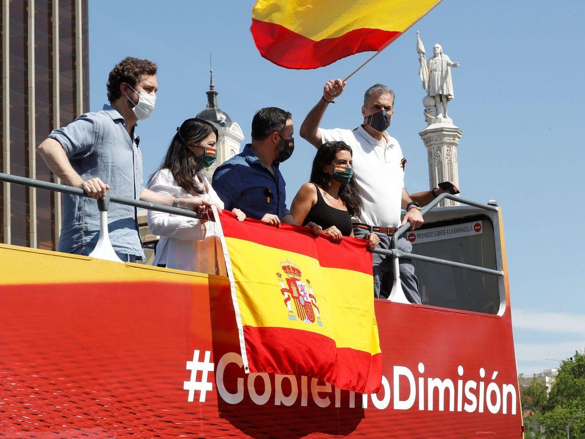 Foto: El líder de Vox, Santiago Abascal (c), junto a varios dirigentes del partido. (EFE)