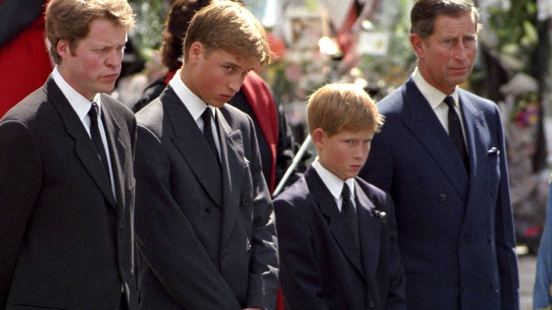 Charles Spencer, junto a Guillermo, Harry y Carlos. (Getty)