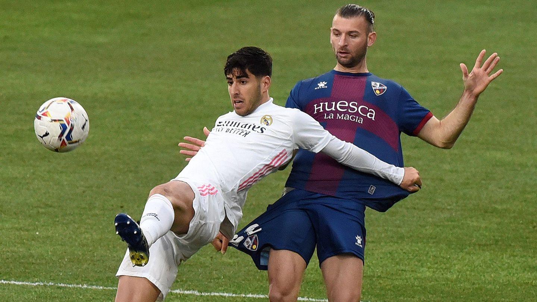 Marco Asensio trata de controlar un balón. (Efe)