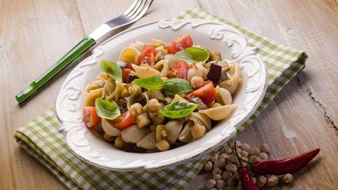 Ensalada de pasta con garbanzos, fresca y muy nutritiva