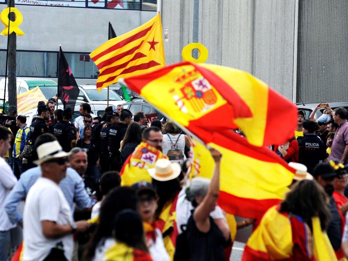 Foto: Manifestaciones de independentistas y de simpatizantes de Vox en el municipio de Vilablareix, en 2018. (EFE)