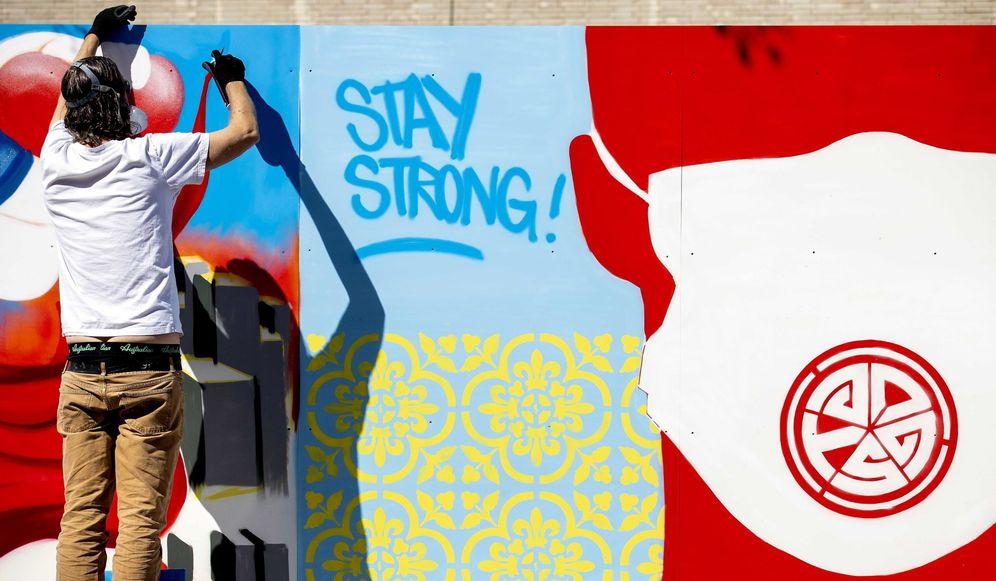 Foto: Mural callejero en apoyo a víctimas y trabajadores sanitarios por el coronavirus. (EFE)