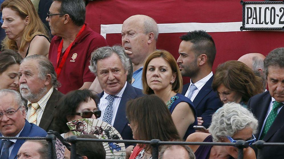 Foto: María Dolores de Cospedal (c) y su marido Ignacio López de Hierro. (EFE)