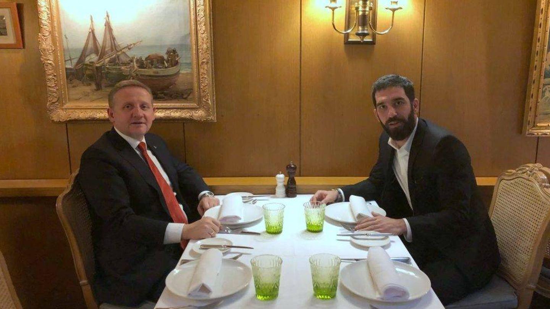 Arda Turan junto al presidente del Basaksehir. (Istanbul Basaksehir)