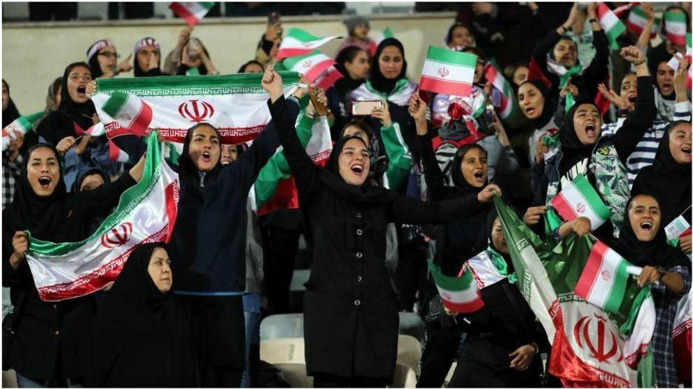 Foto: Mujeres iraníes celebrando un gol de su selección. (EFE)
