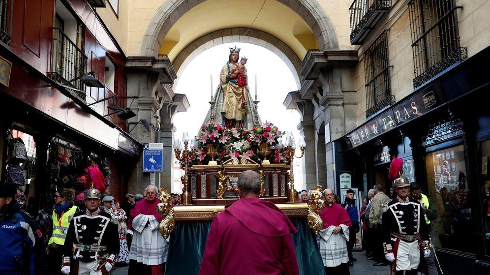 Foto: Procesión de la Virgen de la Almudena a su paso por la Plaza Mayor (EFE)