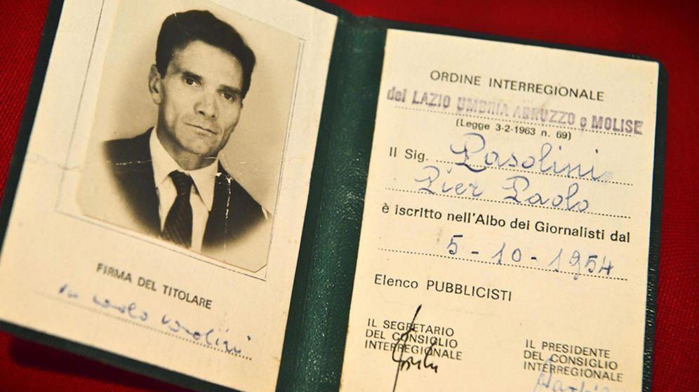 Foto: El carné profesional de Pasolini hallado en el lugar de su asesinato el 2 de noviembre de 1975 (EFE)