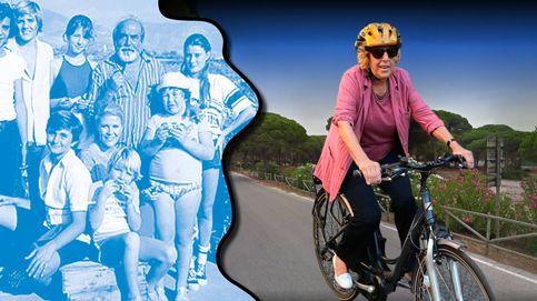 Una casa con jardín, un llavero del PP y una bicicleta, el 'verano azul' de Carmena en Cádiz