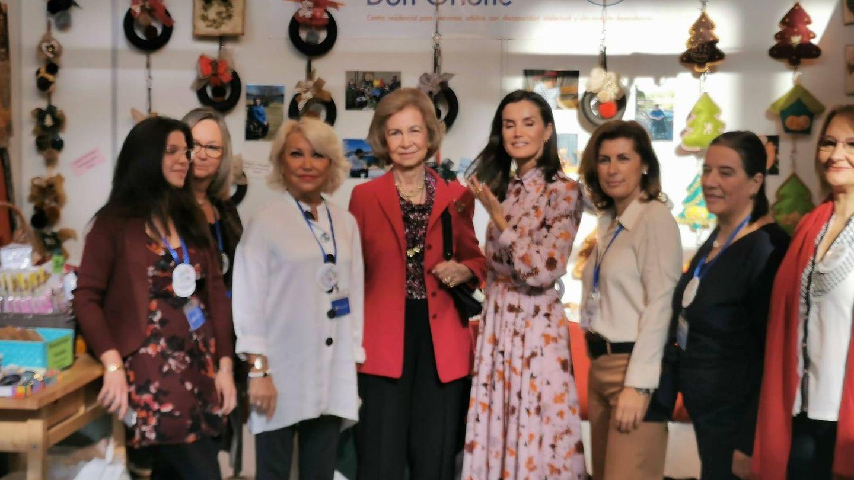 La reina Sofía y la reina Letizia, en el puesto Don Orione del rastrillo Nuevo Futuro. (Redes sociales)