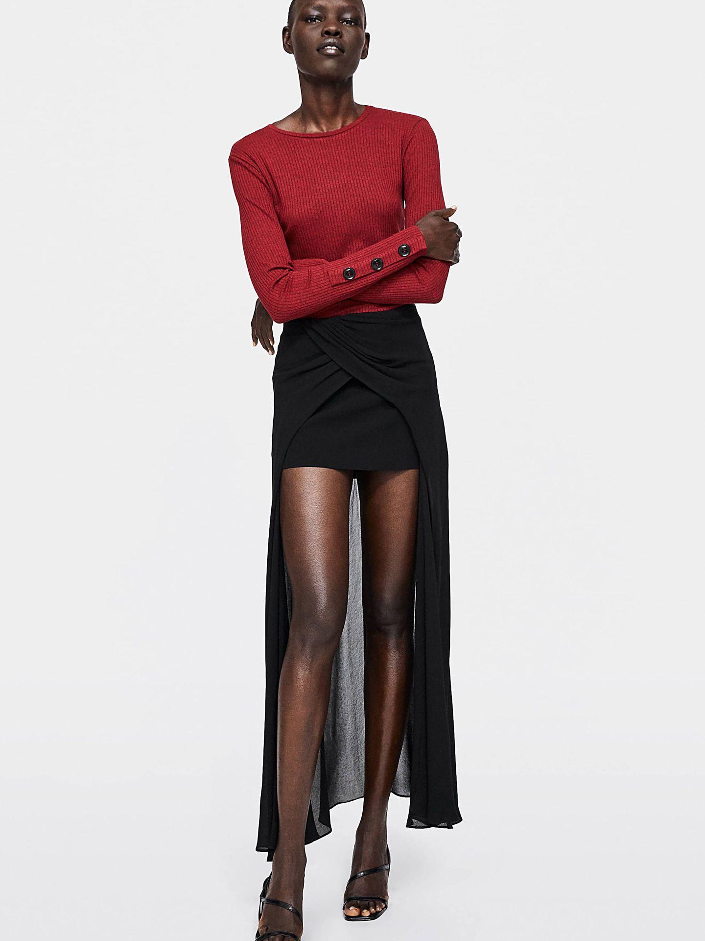 Falda asimétrica con abertura delantera (35,95 euros) y camiseta de canalé con botones (15,95 euros), ambos de Zara. (Cortesía de la marca)