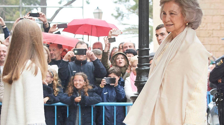 La reina Sofía charla con Leonor a la llegada a la catedral. (Limited Pictures)
