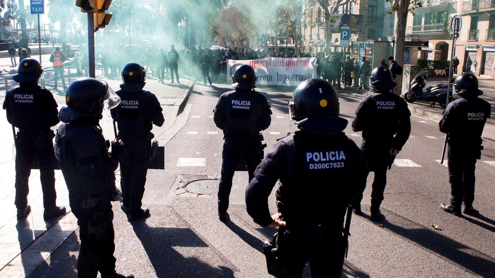 Foto: Los Mossos se enfrentan a los CDR en Barcelona. (EFE)