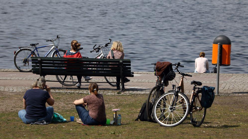 Foto: Este martes, viandantes cerca del Tegeler See, de Berlín. (Reuters)