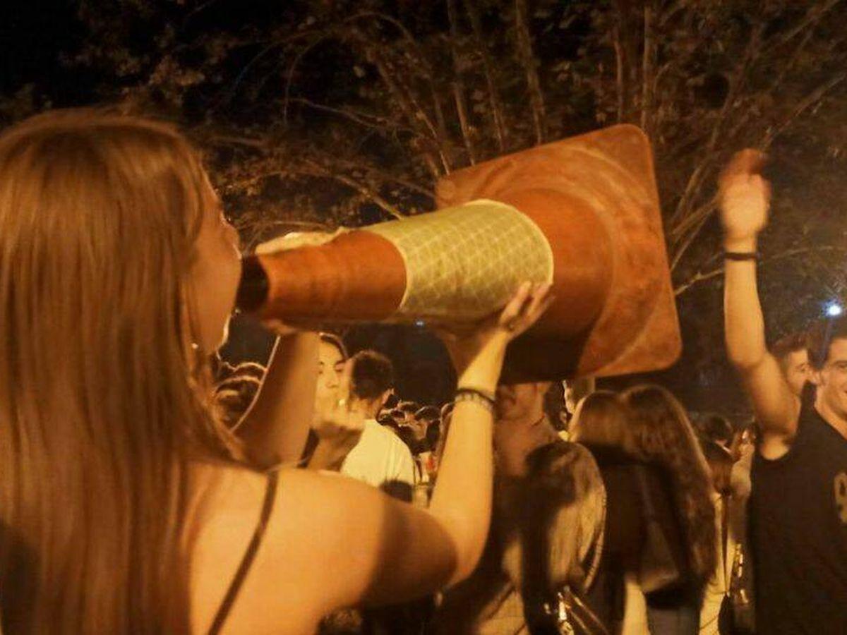 Foto: Una joven, en el macrobotellón de la Complutense. (Alejandro Mata)