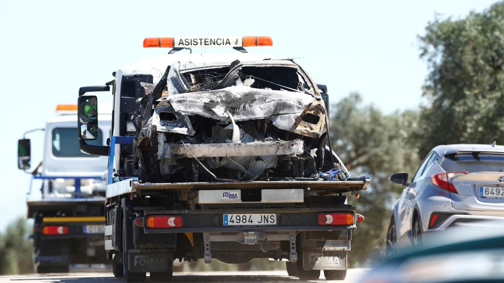 Foto: El coche de José Antonio Reyes, en el momento de ser trasladado por una grúa. (EFE)