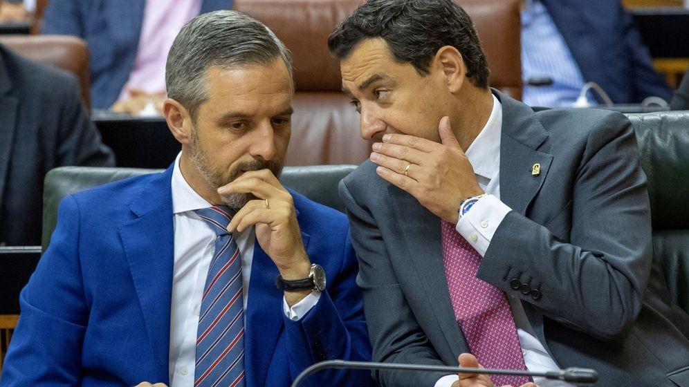 Foto: El consejero de Hacienda, Juan Bravo, y el presidente de la Junta de Andalucía, Juanma Moreno, en el Parlamento de Andalucía. (EFE)