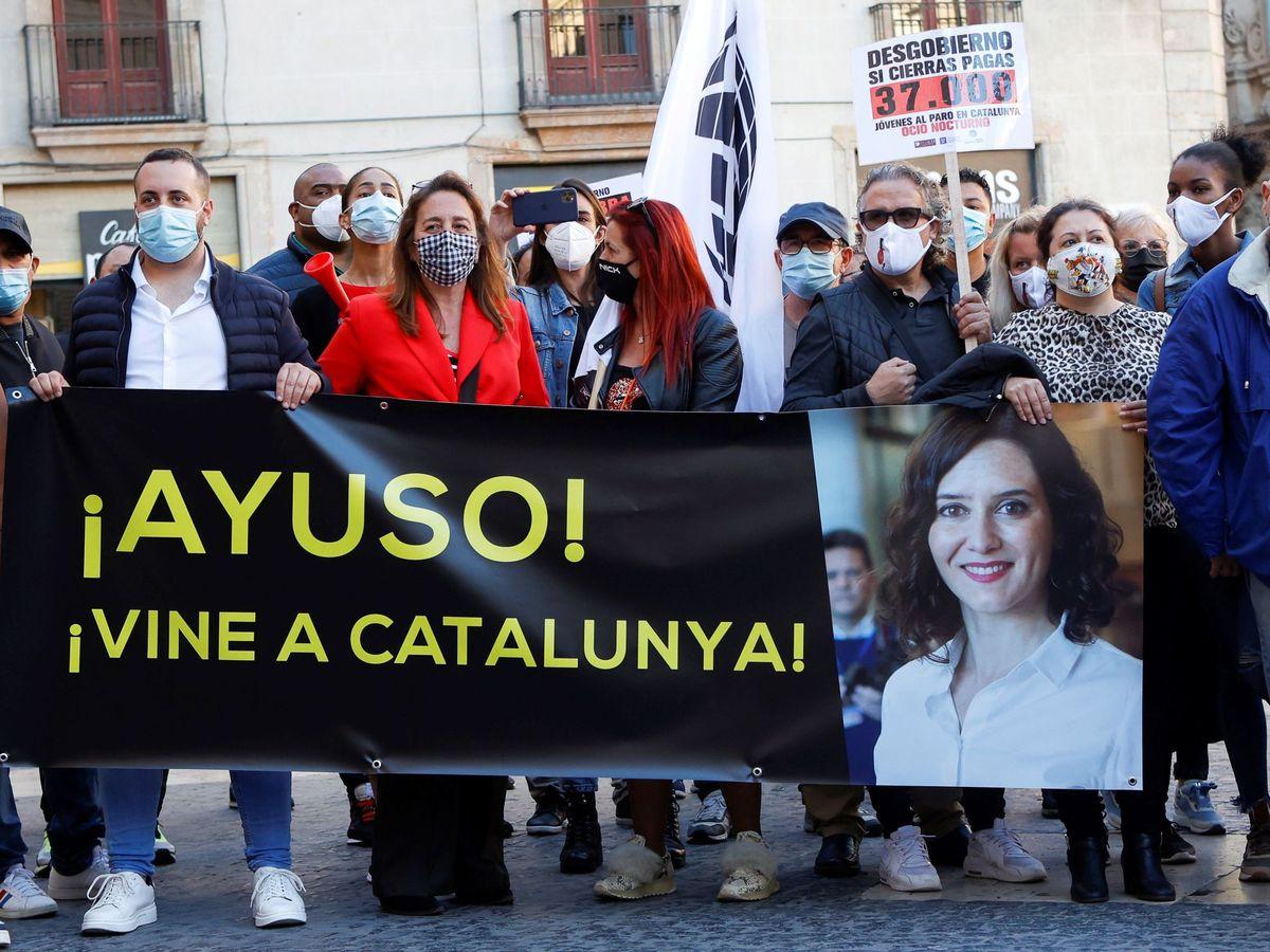 Foto: Manifestantes sostienen una pancarta que reclamaba que Ayuso se vaya a Cataluña. (EFE)