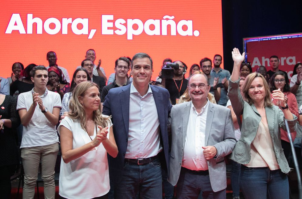 Foto: Pedro Sánchez, flanqueado por Javier Lambán (2d), Pilar Alegría (d), y la diputada Susana Sumelzo (i), el pasado 1 de octubre en Zaragoza. (Inma Mesa | PSOE)