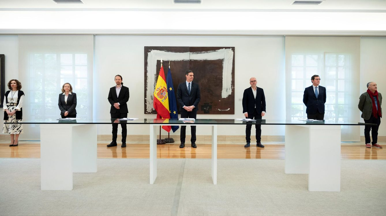 Foto: María Jesús Montero, Nadia Calviño, Pablo Iglesias, Pedro Sánchez, Unai Sordo,  Antonio Garamendi y Pepe Álvarez. (EFE)