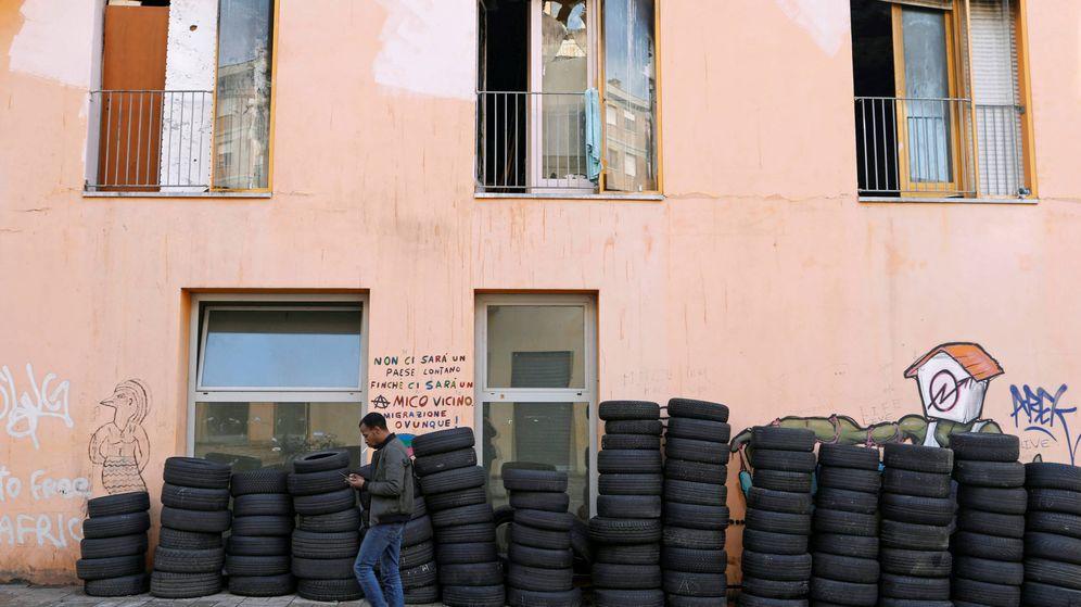 Foto: Un hombre pasa frente a un edificio ocupado en la antigua Villa Olímpica de Turín, en enero de 2018. (Reuters)