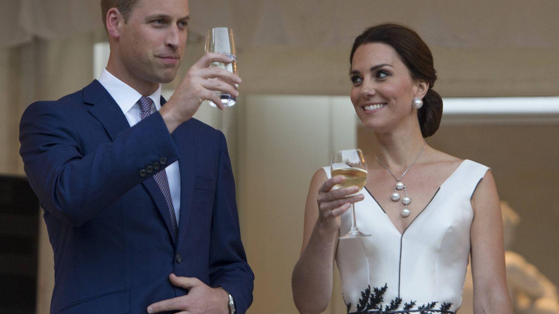 La realeza británica y sus bebidas favoritas. (Getty)