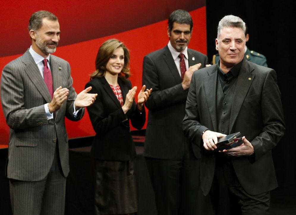Foto: Loquillo y los Reyes, en el acto de entrega. (EFE)