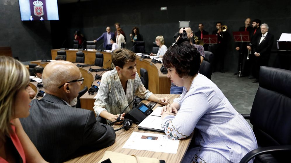 Foto: María Chivite, segunda por la derecha, charla con sus compañeros de grupo en el Parlamento de Navarra. (EFE)