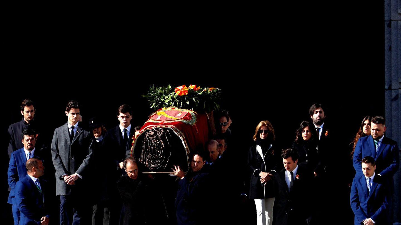 Familiares de Francisco Franco portan el féretro con los restos mortales del dictador tras su exhumación en la basílica del Valle de los Caídos, antes de su trasladado al cementerio de El Pardo-Mingorrubio para su reinhumación, el 24 de octubre, en San Lorenzo de El Escorial. EFE J.J. Guillén