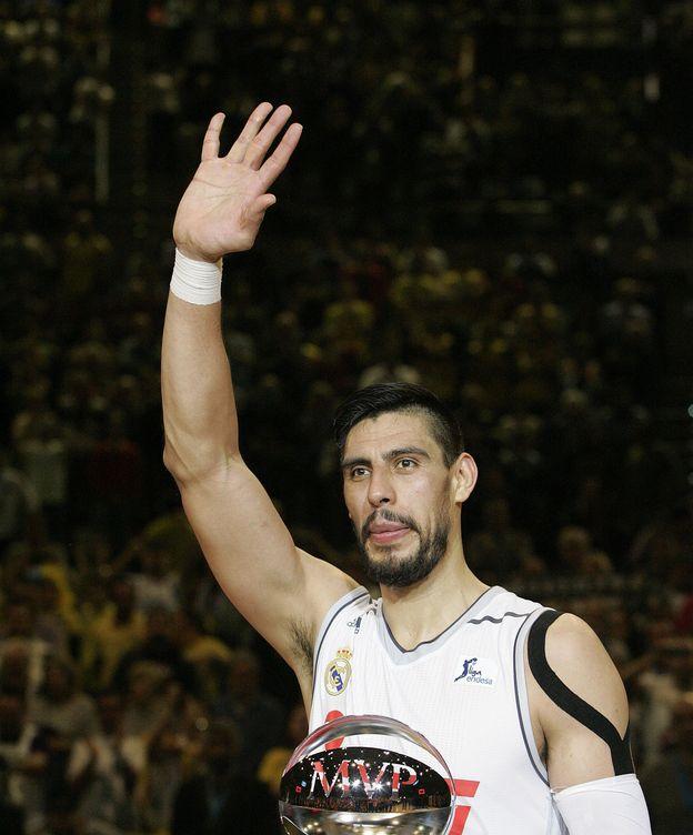 Foto: Gustavo Ayón, con su premio de 'MVP'. (EFE)