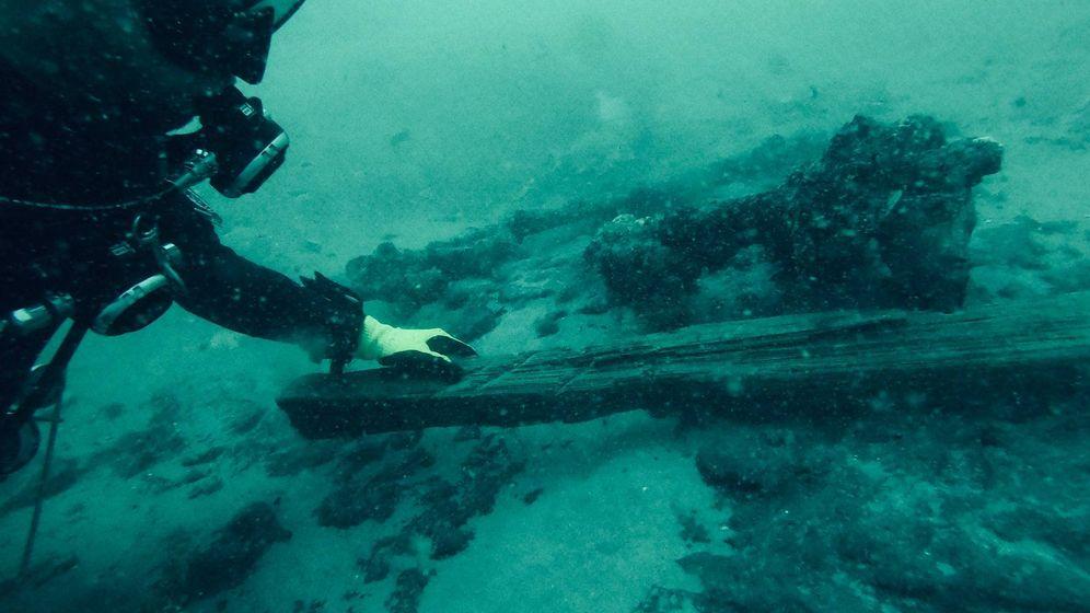 Foto: Uno de los expertos de Blue Water Ventures, recogiendo algunas monedas encontradas.