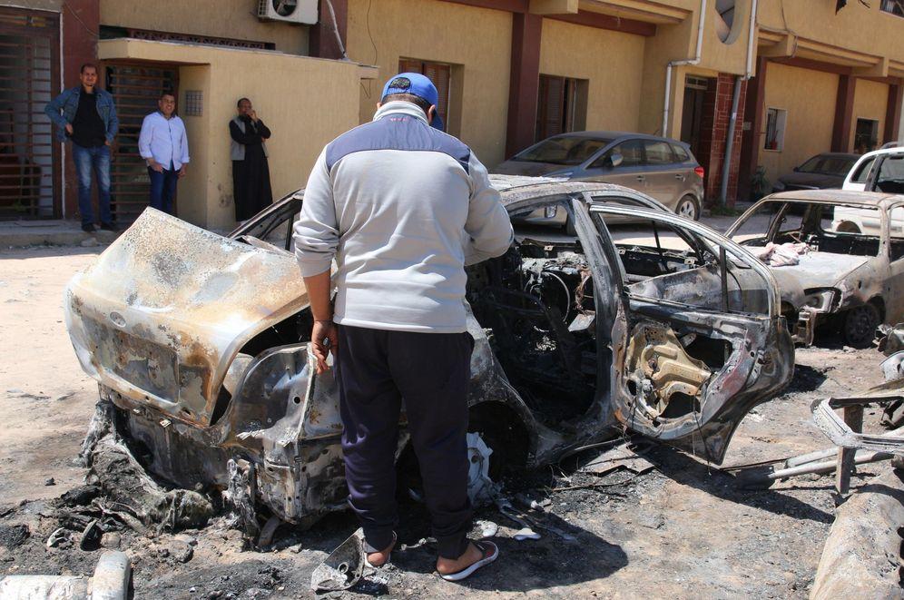 Foto: Un hombre inspecciona los daños causados por un bombardeo, este miércoles en Trípoli, Libia. (EFE)