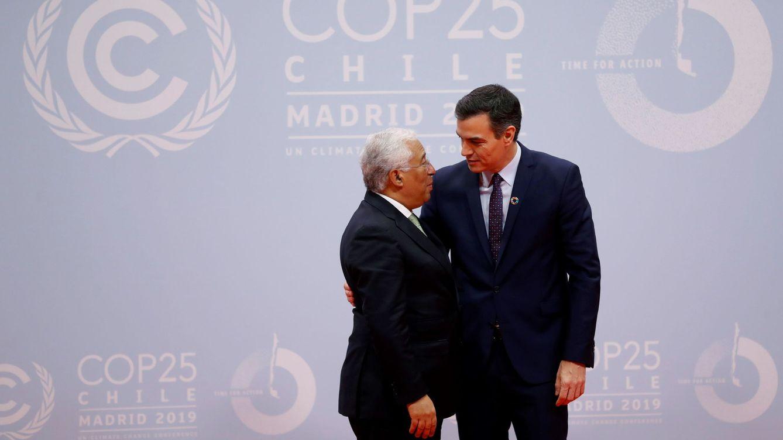 Foto: Costa y Sánchez se saludan a la llegada del primer ministro portugués a la COP25. (EFE)