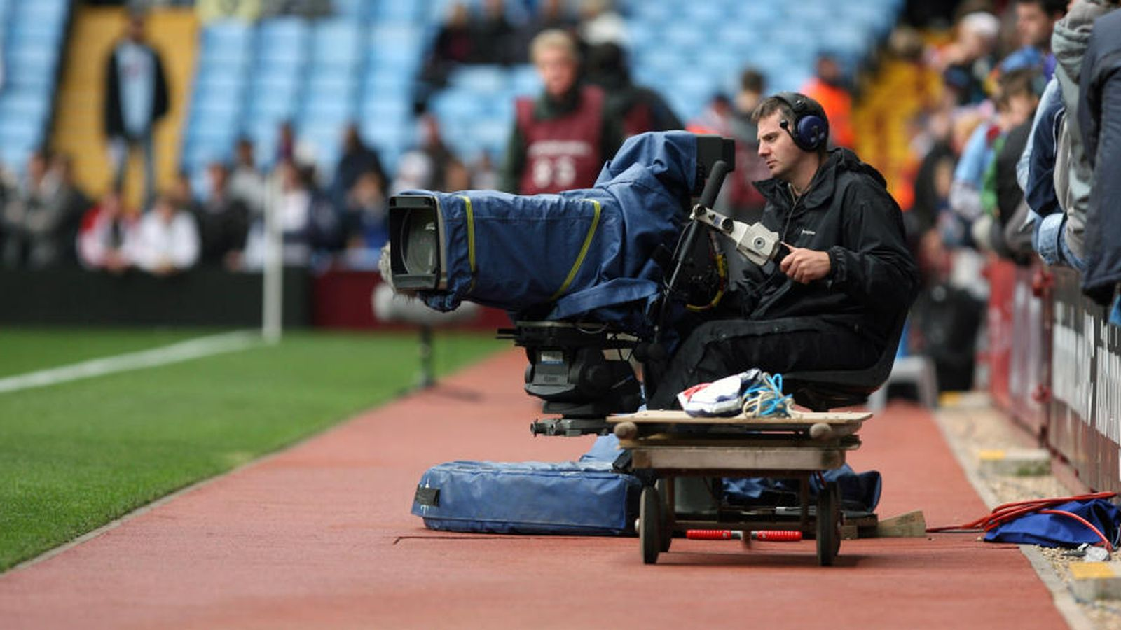 Foto: Un cámara de televisión, durante la retrasmisión de un partido de fútbol. (EFE)