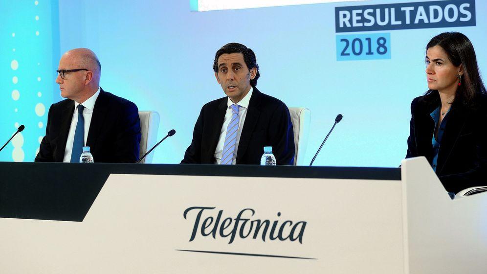 Foto: El presidente de Telefónica, José María Álvarez-Pallete, la directora de Finanzas y Control, Laura Abasolo, y el CEO, Ángel Vilá Boix (i). (EFE)
