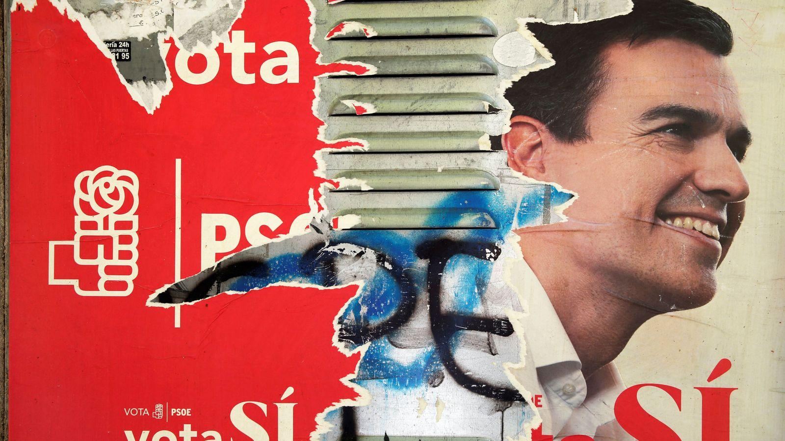 Foto: Un póster del exsecretario general del PSOE, Pedro Sánchez. (Reuters)