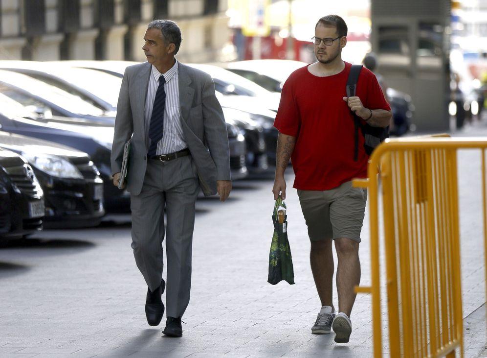 Foto: El rapero Pablo Rivadulla, más conocido como Pablo Hasel (d), a su llegada hoy a la Audiencia Nacional junto a su abogado. (EFE)