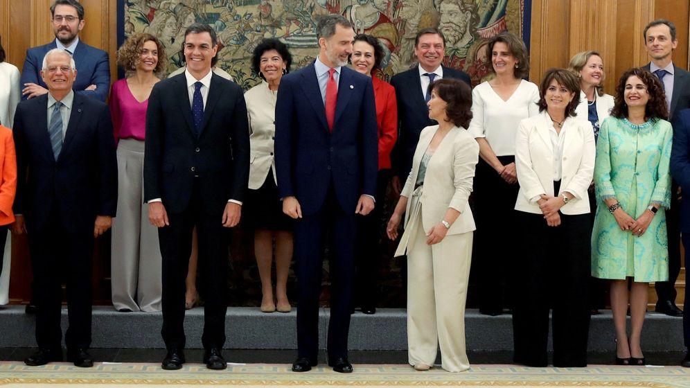 Foto: Los nuevos ministros, acompañados de Felipe VI, y el presidente del Gobierno, Pedro Sánchez, posan en la foto de familia tras prometer su cargo. (EFE)